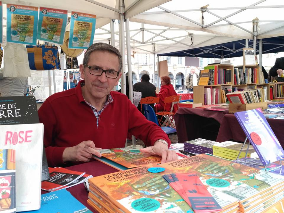 Le dessinateur Tito en dédicace sur notre stand du Salon du livre d'expression populaire et de la critique sociale pour la B.D. La bibliothèque c'est ma maison, et autres histoires aux éditions Quart Monde, Arras, 2017